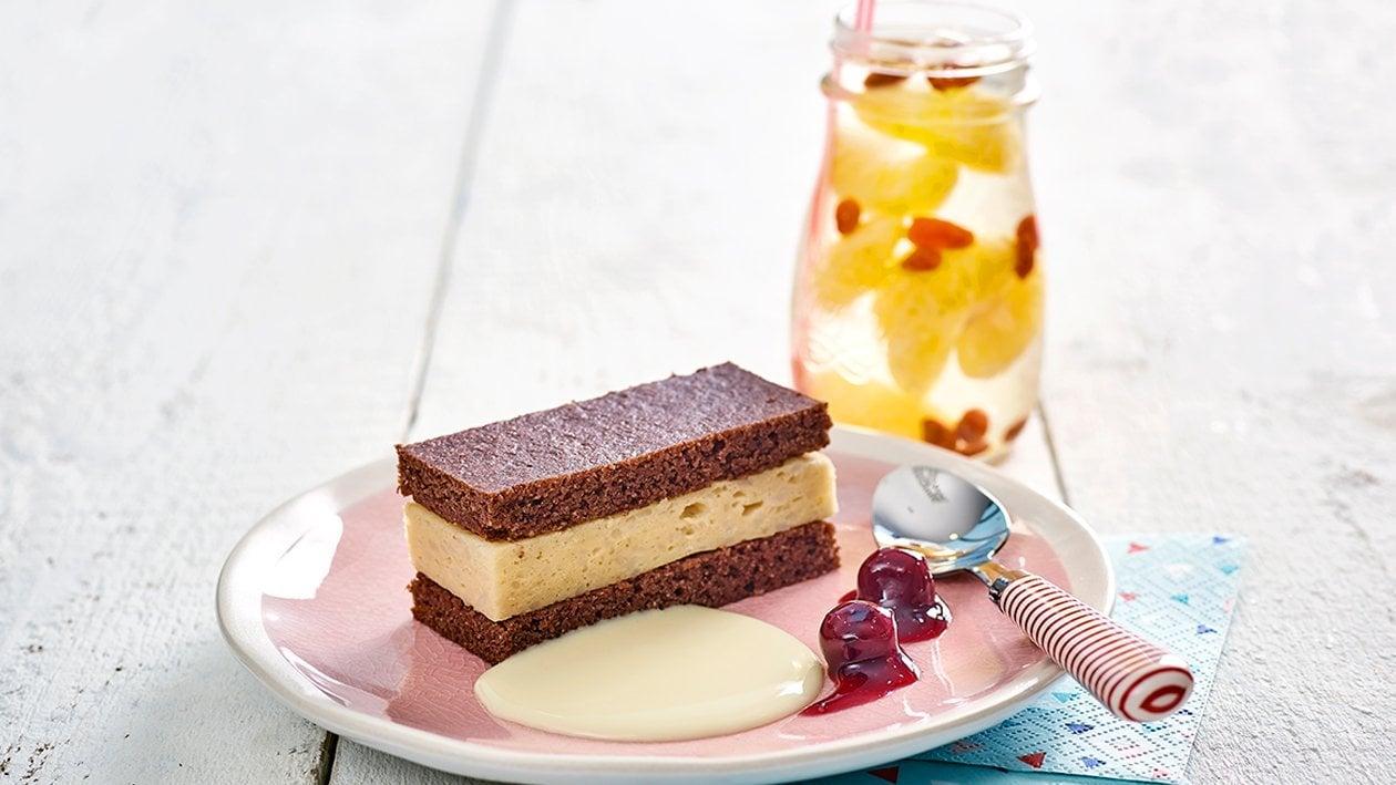 Milchreisschnitte mit Vanillesauce und Dessertkirschen
