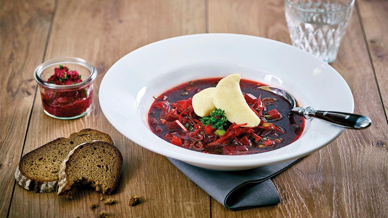 Rote Beete Suppe mit Meerrettich Kartoffeltasche