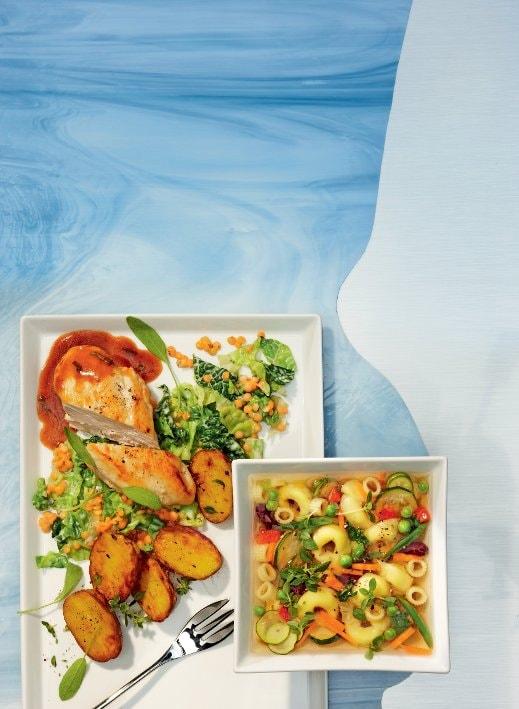 Gegrilltes Hähnchenbrustfilet an Salbei-Jus, Wirsing-Linsengemüse und Ofenkartoffeln