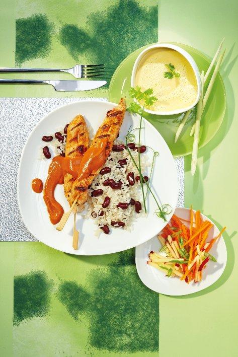 Gegrilltes Putenspießchen mit Erdnuß-Wasabi-Dip und Kidney-Bohnen-Reis
