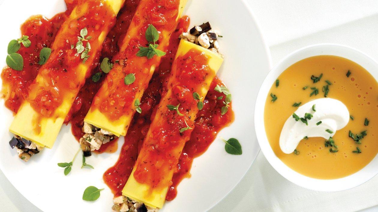 Cannelloni mit Auberginen-Feta-Füllung auf einer Tomaten-Basilikum-Sauce