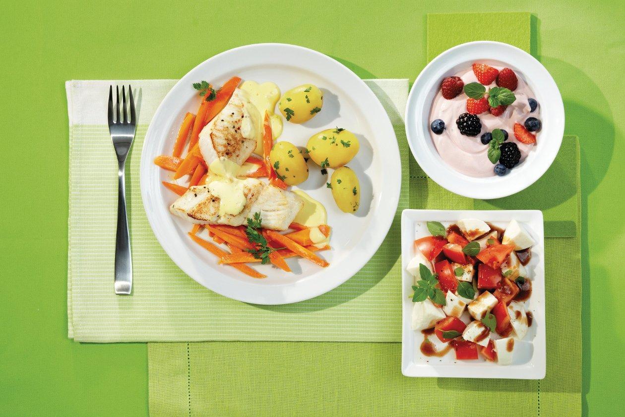 Zanderfilet auf Vanille-Honig-Karotten, Zitronen-Hollandaise und neue Kartoffeln