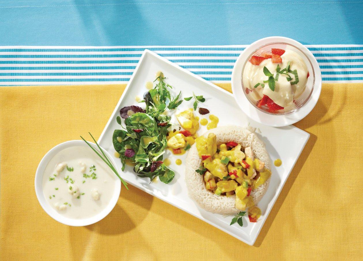 Hähnchencurry im Reisrand, dazu Beilagensalat mit Zitrus-Vinaigrette