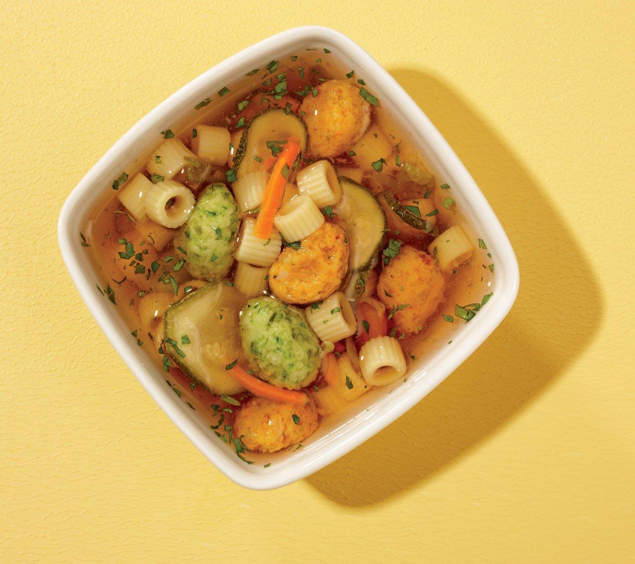 Nudelsuppe mit Tomaten-Kräuter-Klößchen