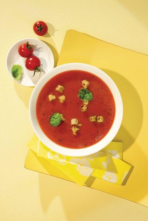 Italienische Tomatensuppe mit Basilikum-Käse-Brotwürfeln