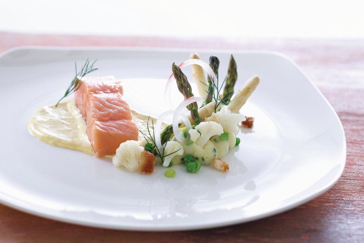 Gedämpfter Lachs mit Meerrettich-Hollandaise, Schnittlauchpüree, Spargel, Blumenkohl und Erbsen