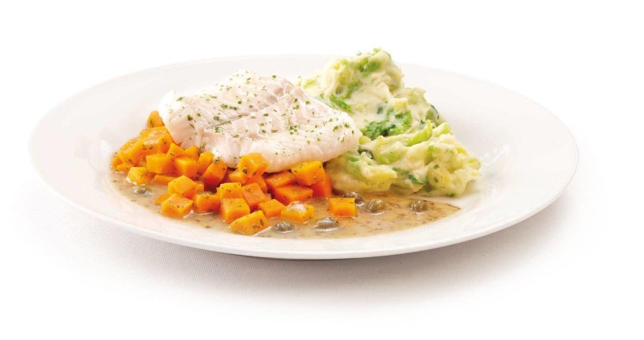 Pochiertes Seehechtfilet auf Karottenbett mit Kapern-Senf-Sauce und Kartoffel-Wirsing-Püree