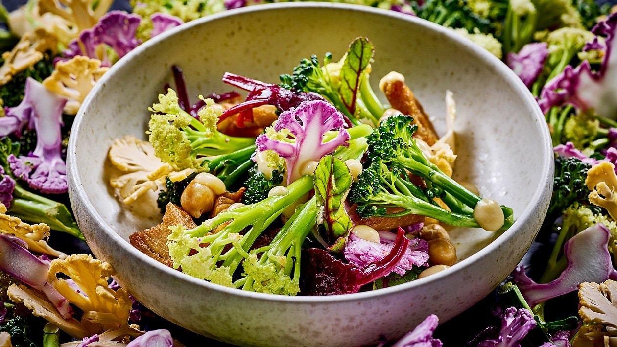 Lauwarmer Blütenkohl-Brokkoli-Salat mit roter Beete und Kichererbsencreme