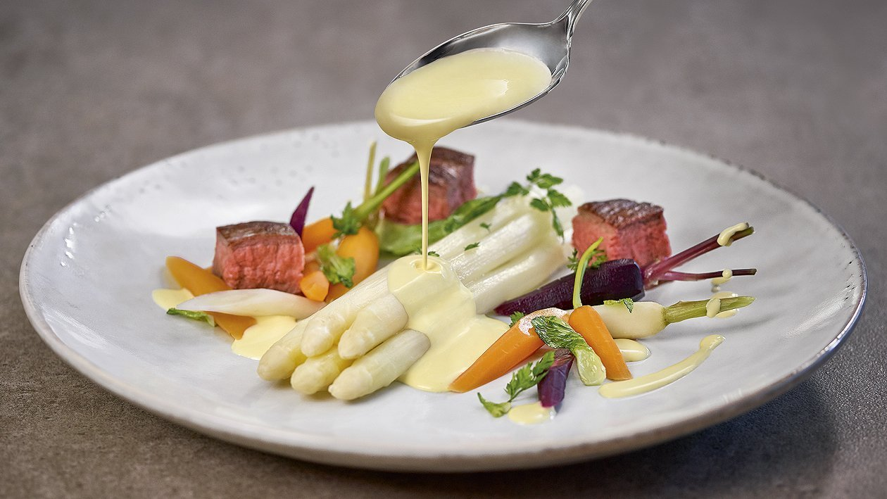 Spargel und Flanksteak mit Karotten und Frühlingslauch
