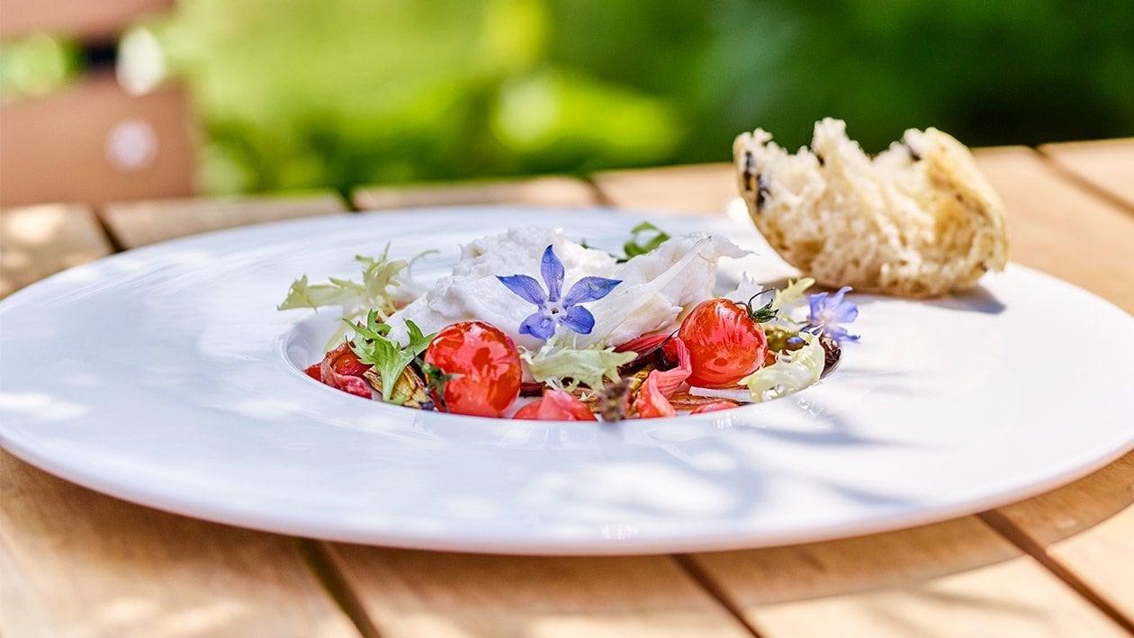 Gezupfter Burrata mit glasiertem Ofen Rhabarber-Spargel und konfierten Tomaten