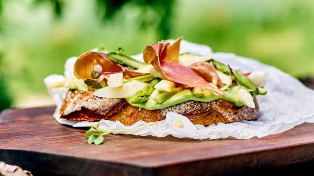 Spargelfeld Stulle: Kartoffelbrot, Petersilienaufstrich, lauwarmer Spargelsalat mit luftgetrocknetem Schinken