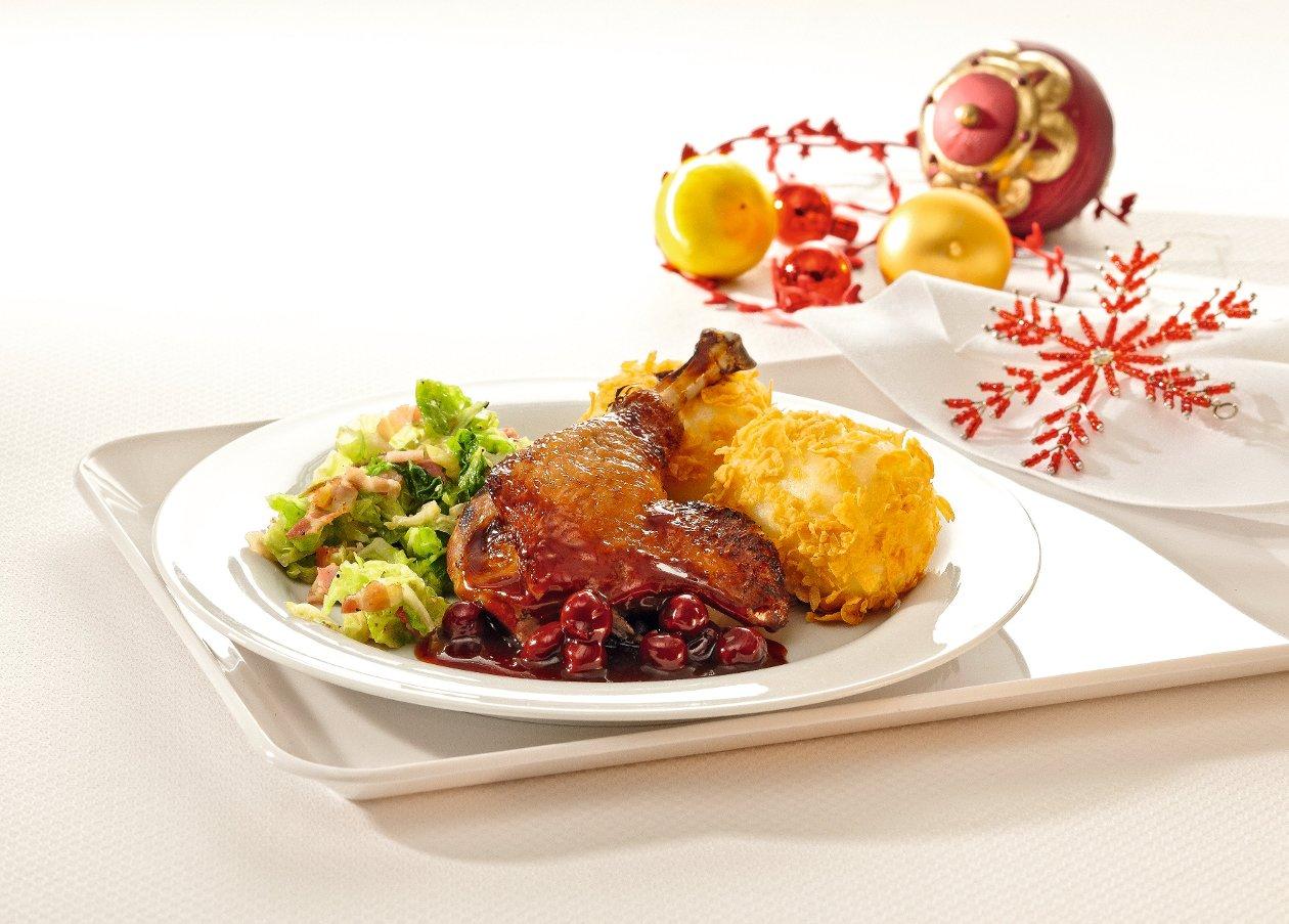Aromatisierte Entenkeule an Schoko-Kirsch-Sauce, Speck-Wirsing und Kartoffelknödel im Cornflakesmantel